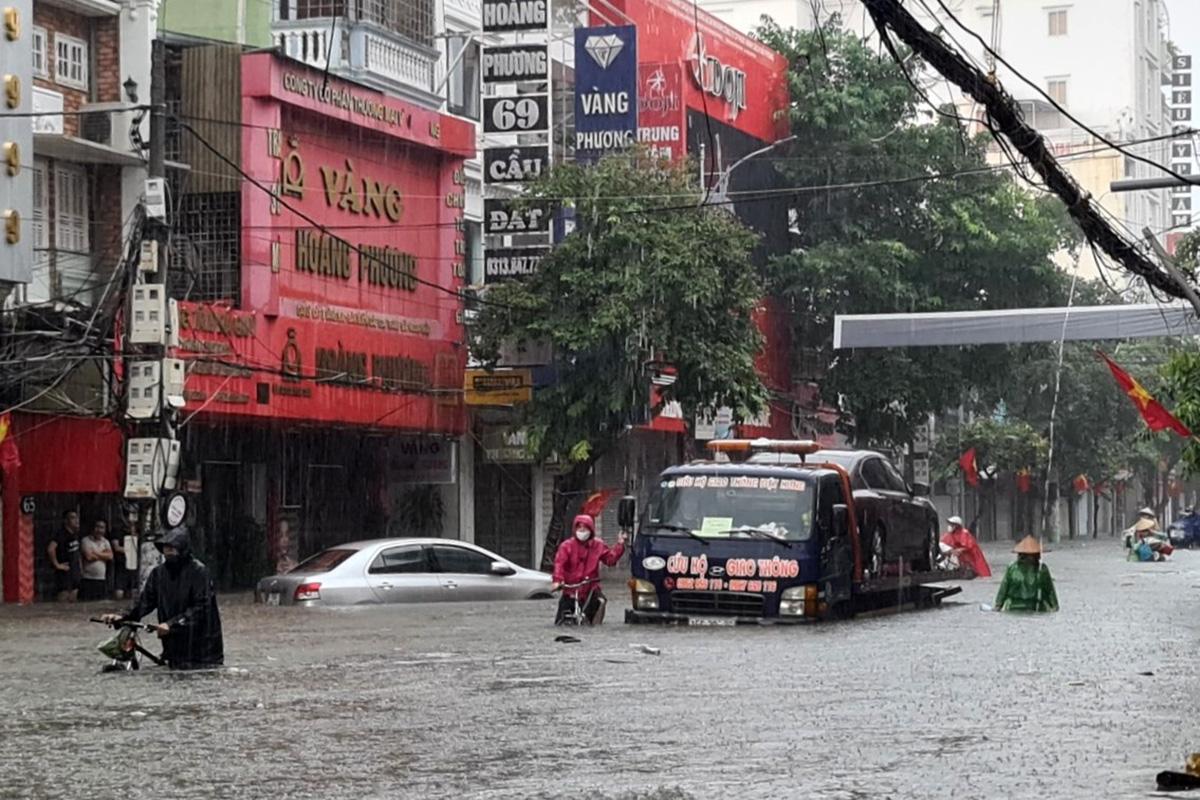 Phố Cầu Đất, quận Ngô Quyền ngập sâu từ 1-1,2 m nước. Ảnh: Giang Chinh