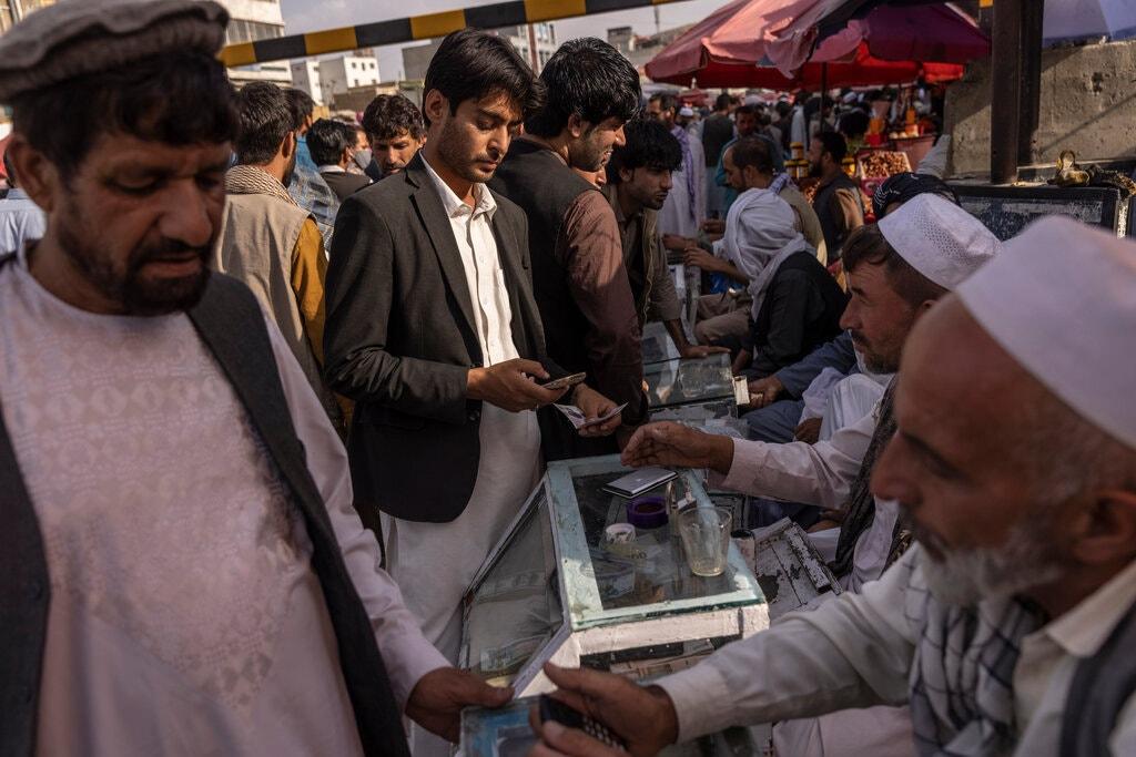 Khu vực mua bán ngoại tệ trong một khu chợ của Kabul vào ngày 20/8. Ảnh: NYT.