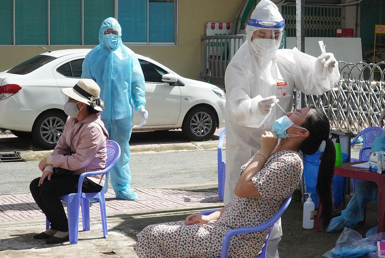 Nhân viên y tế lấy mẫu xét nghiệm sàng lọc ở Chung cư A1, TP Biên Hòa sáng 26/8. Ảnh: Phước Tuấn