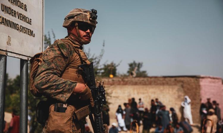 Một lính thủy đánh bộ Mỹ canh gác tại sân bay quốc tế Hamid Karzai ở thủ đô Kabul, Afghanistan, ngày 18/8. Ảnh: Reuters.