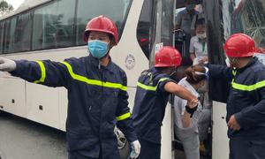 Cảnh sát giải cứu 20 người mắc kẹt trên ôtô sau tai tạn