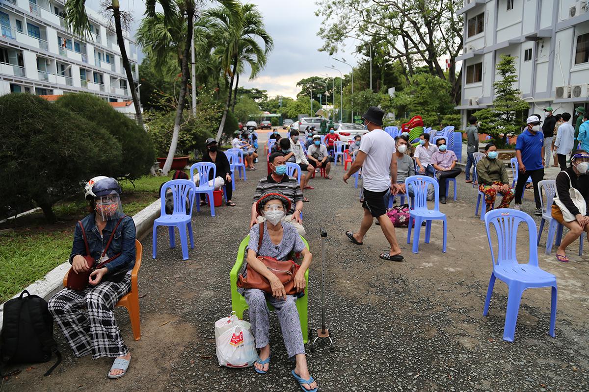 Hơn 70 người từ vùng có nguy cơ cao ở phường 25, quận Bình Thạnh được di dời về khách sạn Công đoàn, chiều 26/8. Ảnh: Đình Văn