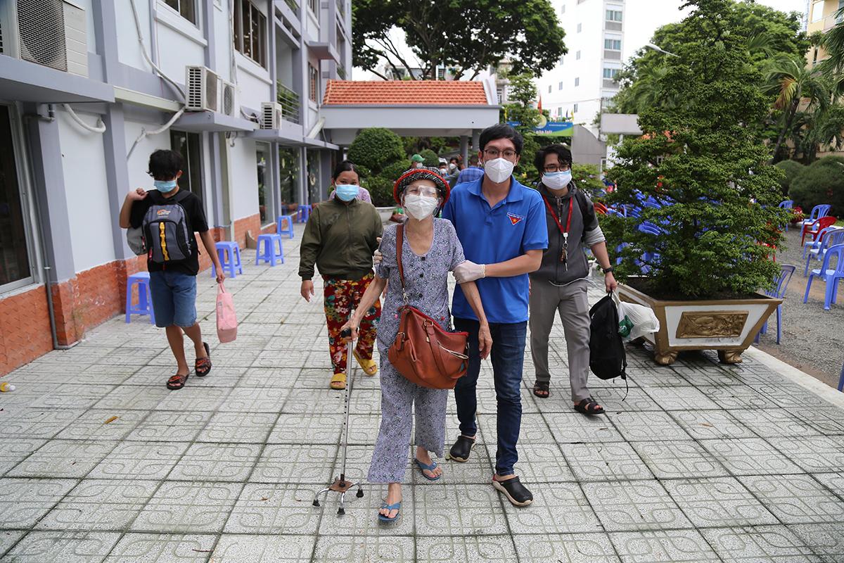 Bà Sâm, 69 tuổi được đưa về căn hộ có ba phòng ngủ sống cùng hai gia đình khác ở khách sạn. Ảnh: Đình Văn