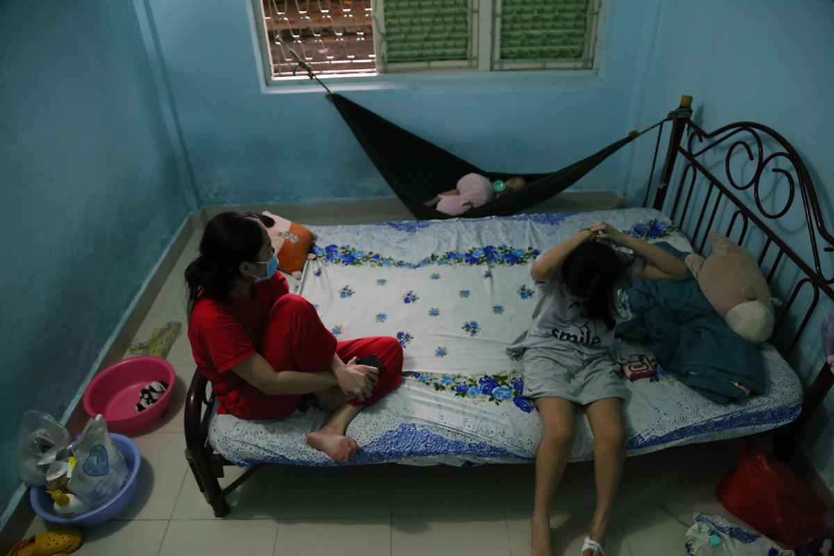 Ba mẹ con chị My chuyển từ nhà trọ có F0 về ở tạm tại căn phòng ngủ rộng 14 m2 có toilet và bếp riêng. Ảnh: Đình Văn