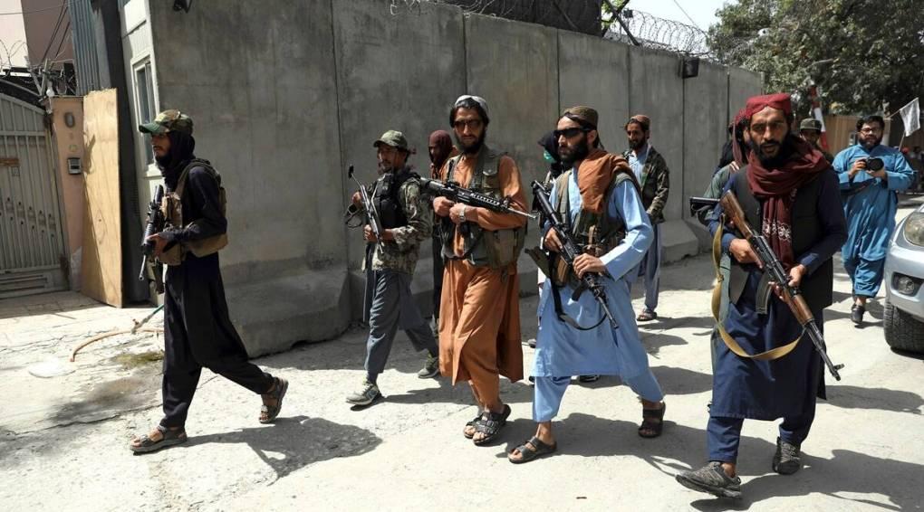 Các tay súng Taliban tuần tra khu vực Wazir Akbar Khan, thủ đô Kabul vào tuần qua. Ảnh: AP.