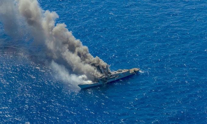 Tàu loại biên USS Ingraham bốc cháy sau khi trúng bom, tên lửa ngoài khơi Hawaii hôm 15/8. Ảnh: US Navy.