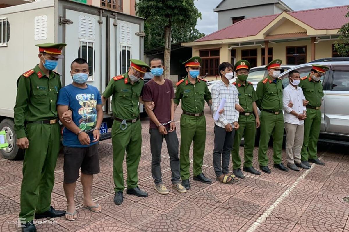 4 thanh niên bị tạm giam sau vụ ném đá khiến 5 công an bị thương. Ảnh: Quang Hà