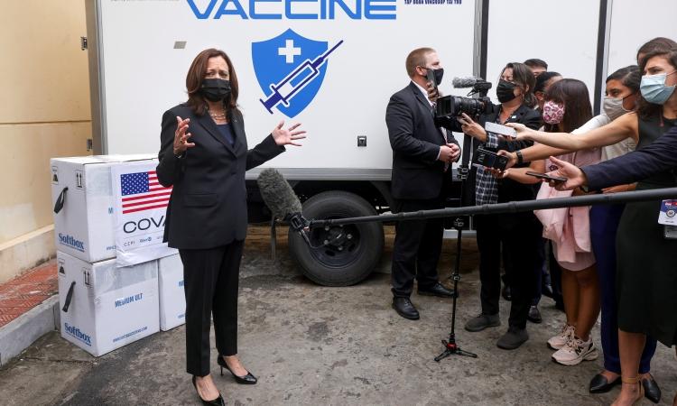 Phó tổng thống Mỹ Kamala Harris tới Viện Vệ sinh Dịch tễ Trung ương sáng nay. Ảnh: Reuters.