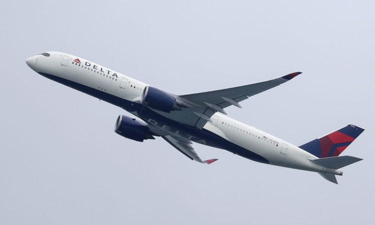 Một chiếc máy bay của hãng hàng không Delta Air Lines cất cánh từ sân bay ở Sydney, Australia, hồi tháng 10/2020. Ảnh: Reuters.