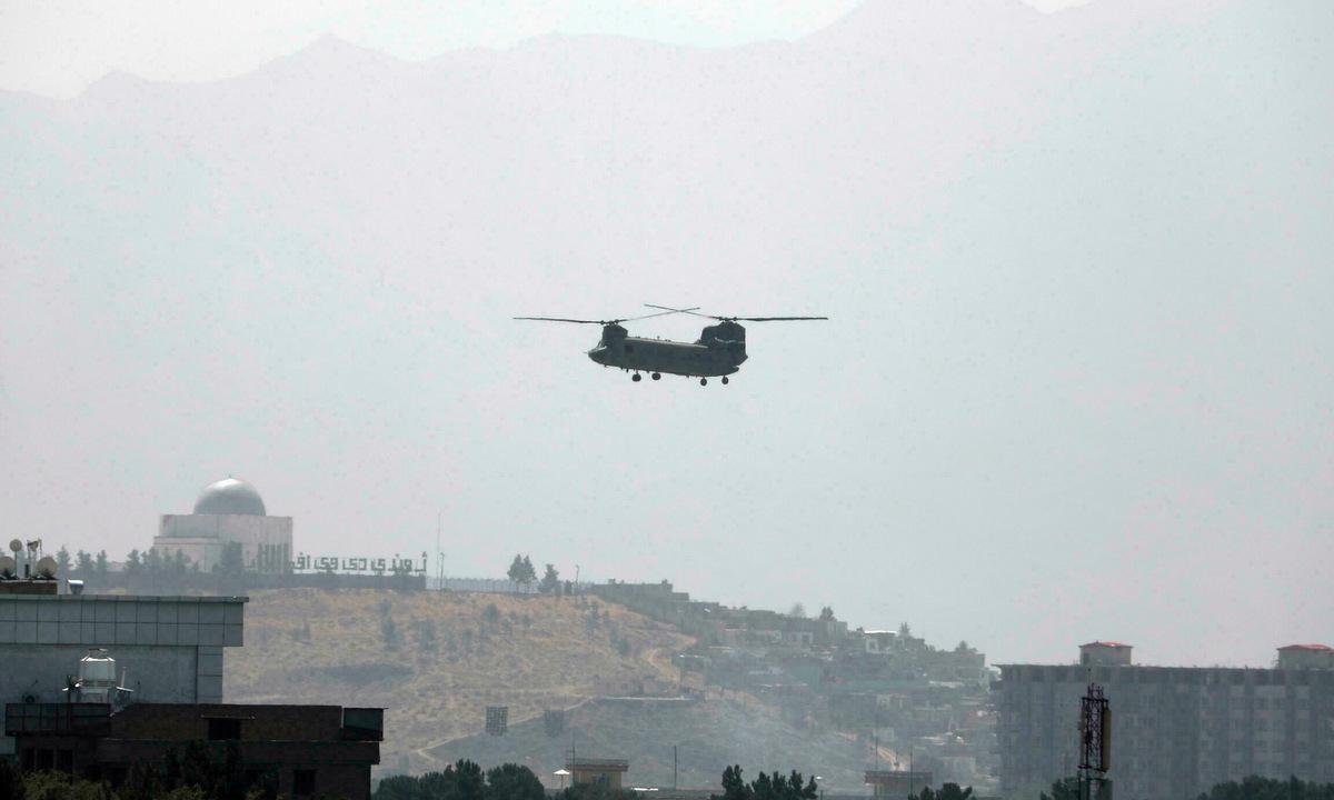 Trực thăng CH-47 bên trên đại sứ quán Mỹ ở Kabul ngày 15/8. Ảnh: AP.