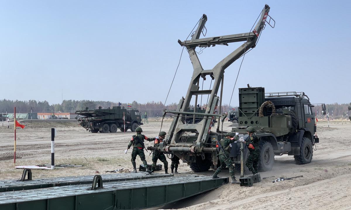 Kíp bắc cầu TMM của đội tuyển công binh Việt Nam trong cuộc thi hôm 25/8. Ảnh: QĐND.