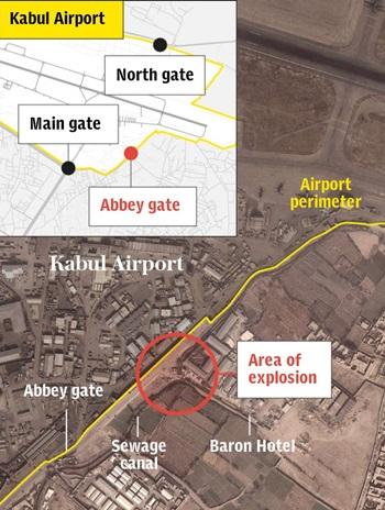 Vị trí xảy ra vụ nổ (khoanh đỏ) tại sân bay Kabul hôm nay. Đồ họa: Telegraph.