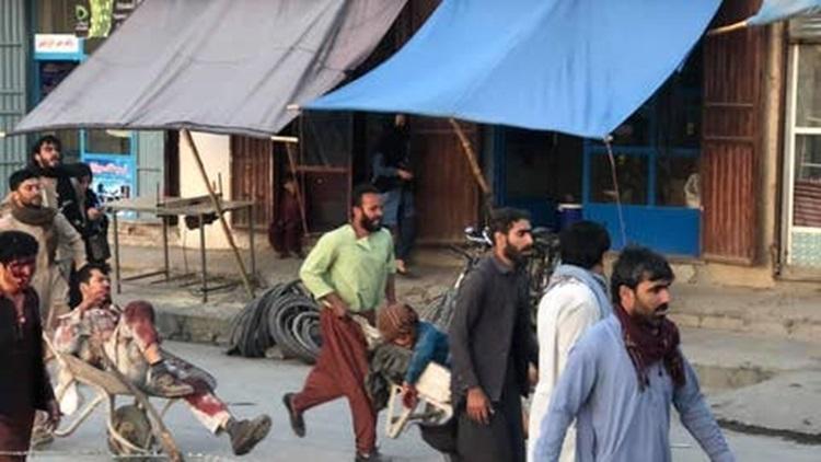 Người dân dáo dác đưa người bị thương rời hiện trường vụ nổ gần sân bay Kabul. Ảnh: Fox.
