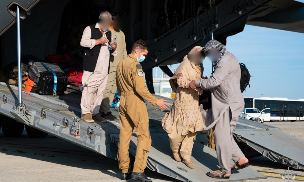 Nhóm người Afghanistan rời khỏi máy bay 400M Atlas của Không quân Pháp tại sân bay Roissy-Charles de Gaulle, phía bắc Paris, sau khi được sơ tán khỏi Afghanistan hôm nay. Ảnh: AFP.