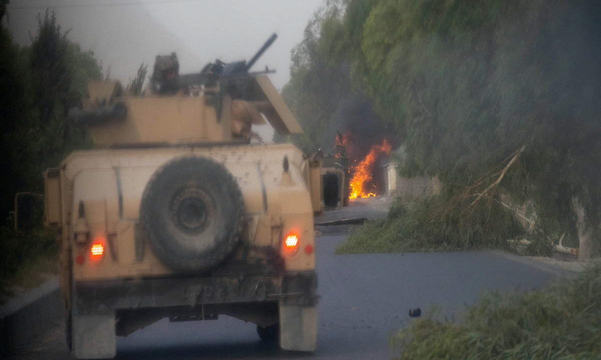 Ba chiếc xe Humvee của lực lượng Afghanistan bị Taliban phá hủy ở Kandahar hôm 13/7. Ảnh: Reuters.