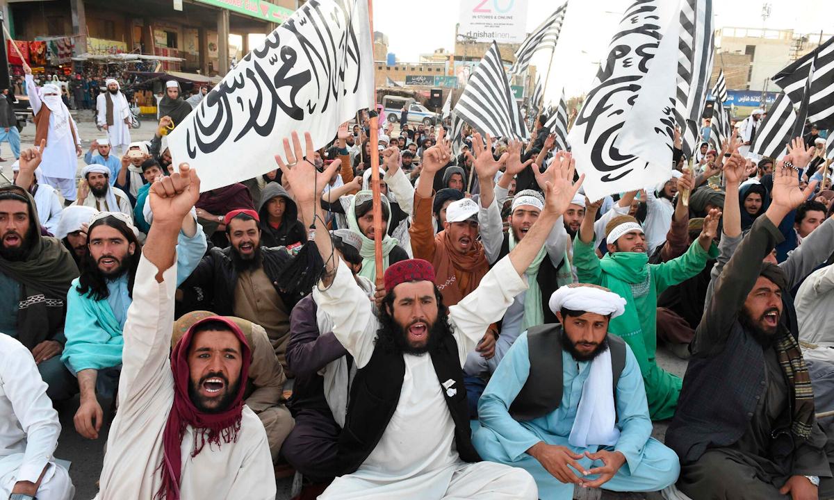 Thành viên đảng Jamiat Ulema-e Islam Nazryate của Pakistan ăn mừng việc ký kết thỏa thuận giữa Mỹ và Taliban ở Quetta vào tháng 3/2020. Ảnh: AFP.
