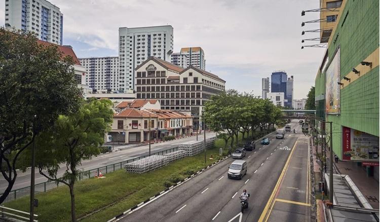 Đường phố vắng vẻ tại khu Chinatown của Singapore ngày 3/8. Ảnh: Bloomberg.