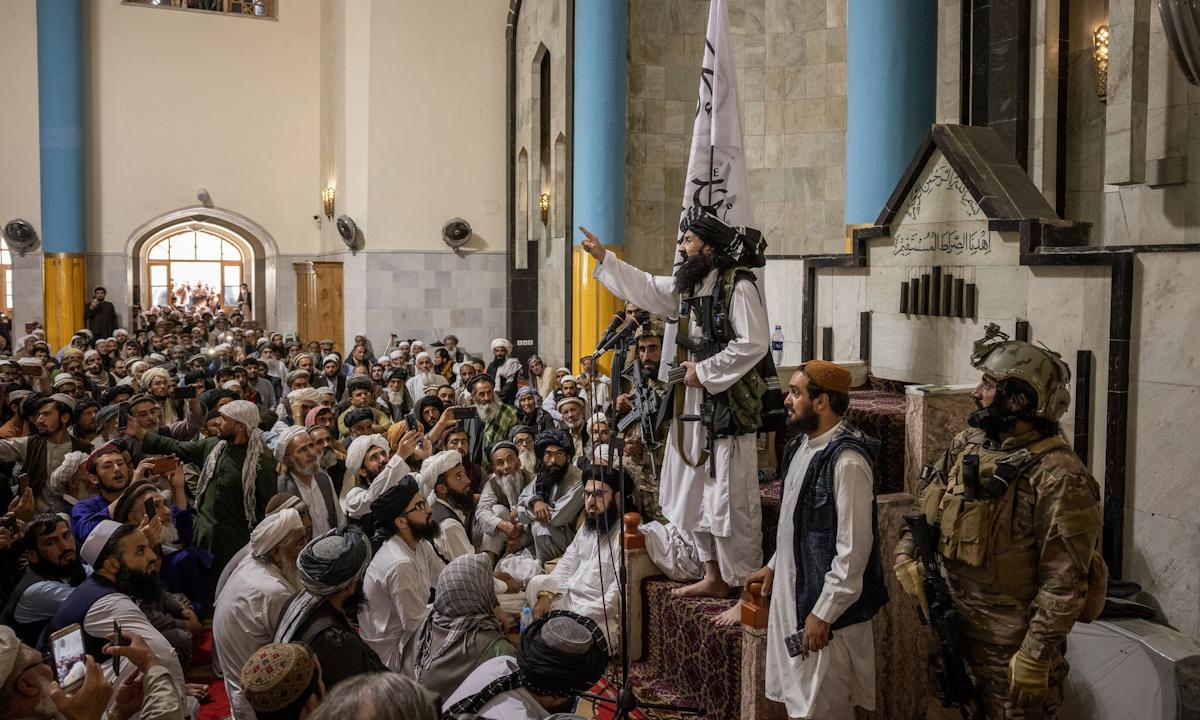 Thủ lĩnh Khalil Haqqani phát biểu tại nhà thờ Hồi giáo Pul-e Kheshti ở thủ đô Kabul, Afghanistan tuần trước. Ảnh: NYTimes.