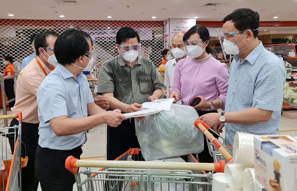 Thủ tướng kiểm tra việc cung cấp hàng hóa tại siêu thị Co.opXtra, TP Thủ Đức, trưa 26/8. Ảnh: Trung Sơn