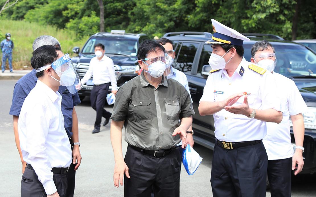 Đại tá Ngô Minh Thuấn (ngoài cùng bên phải), Tổng giám đốc Tổng công ty Tân cảng Sài Gòn báo cáo Thủ tướng về công tác phòng chống dịch, duy trì sản xuất của Tổng công ty, sáng 26/8. Ảnh: Công Hoan