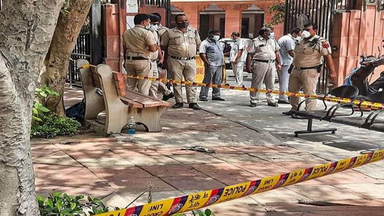 Cảnh sát tại hiện trường đôi nam nữ tự thiêu trước cổng Tòa án Tối cao ở New Delhi hôm 16/8. Ảnh: PTI.