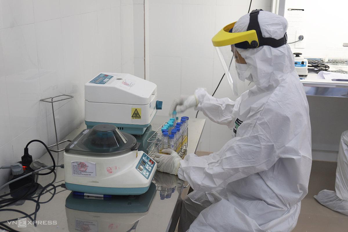 Nhân viên y tế thực hiện xét nghiệm mẫu xác định Covid-19. Ảnh: Võ Thạnh