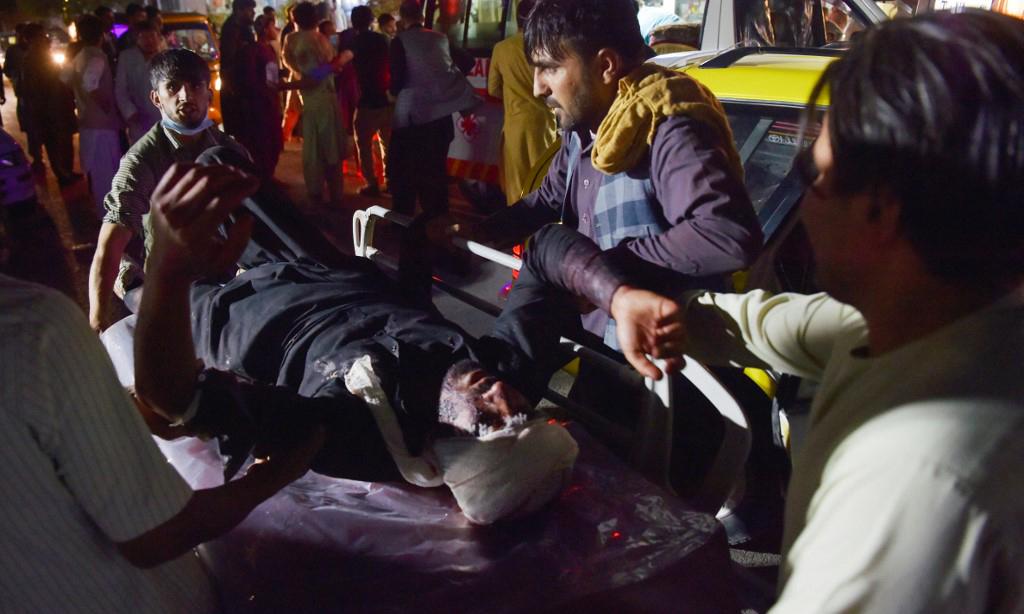 Các nhân viên y tế đưa một người bị thương lên cáng sau vụ đánh bom tại sân bay Kabul, Afghanistan, hôm 26/8. Ảnh: AFP.