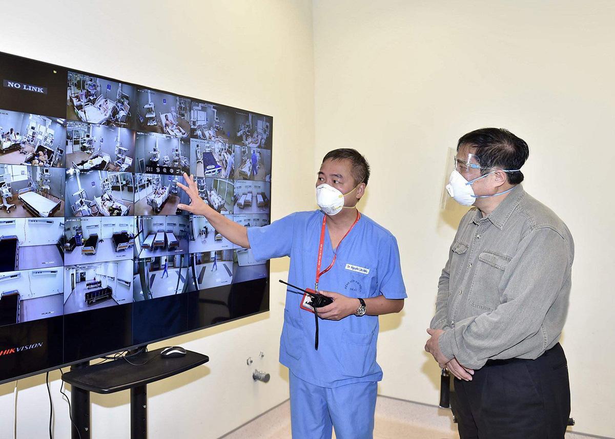 Thủ tướng Phạm Minh Chính kiểm tra bệnh viện dã chiến tại TP Thuận An, sáng 27/8. Ảnh: VPG