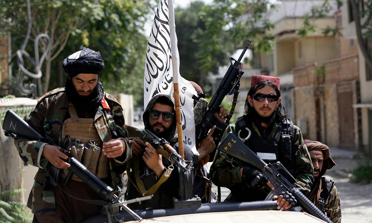Các tay súng Taliban đi tuần trên đường phố Kabul, Afghanistan ngày 19/8. Ảnh: AP.
