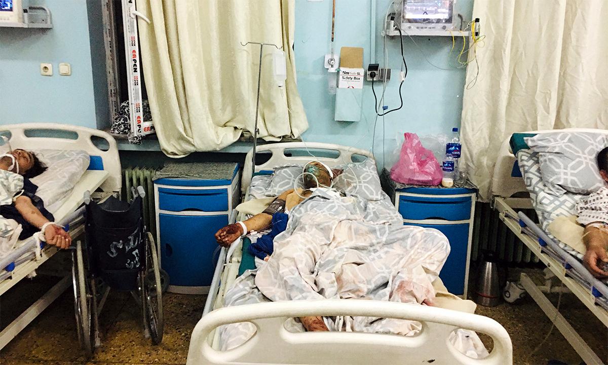 Nạn nhân trong vụ đánh bom ở sân bay Kabul ngày 26/8 nằm trong một bệnh viện. Ảnh: AFP.