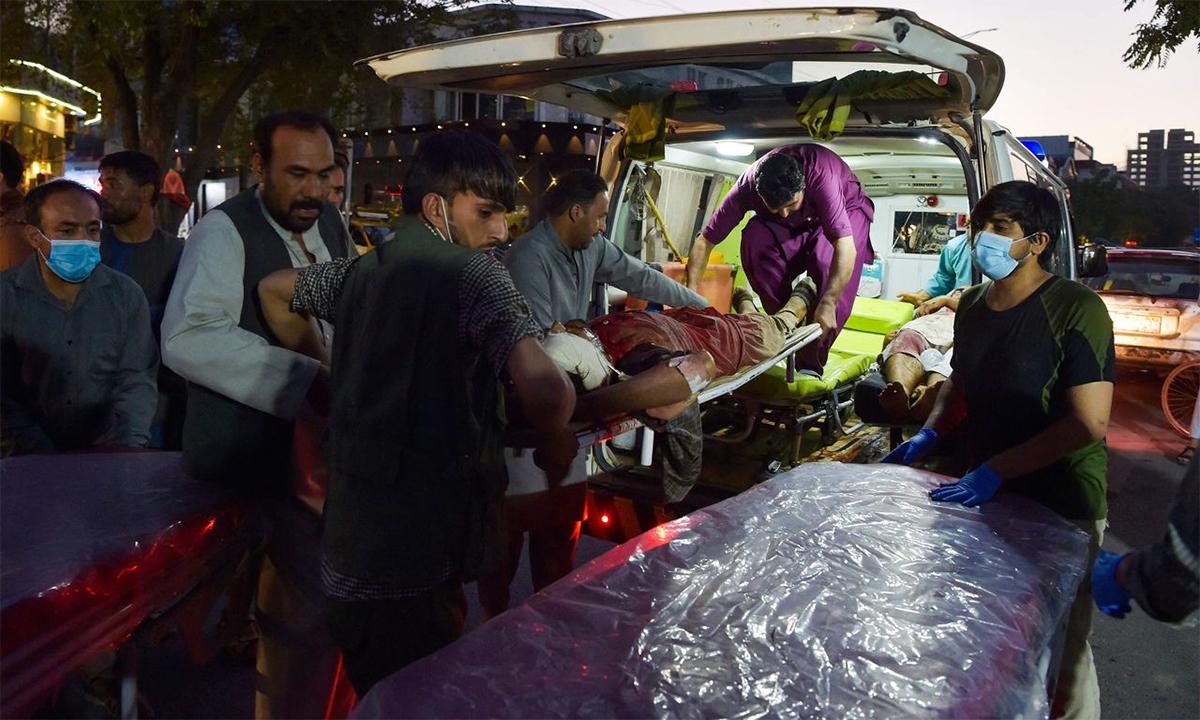 Người bị thương trong vụ đánh bom sân bay Kabul được chuyển lên xe cứu thương ngày 26/8. Ảnh: AFP.