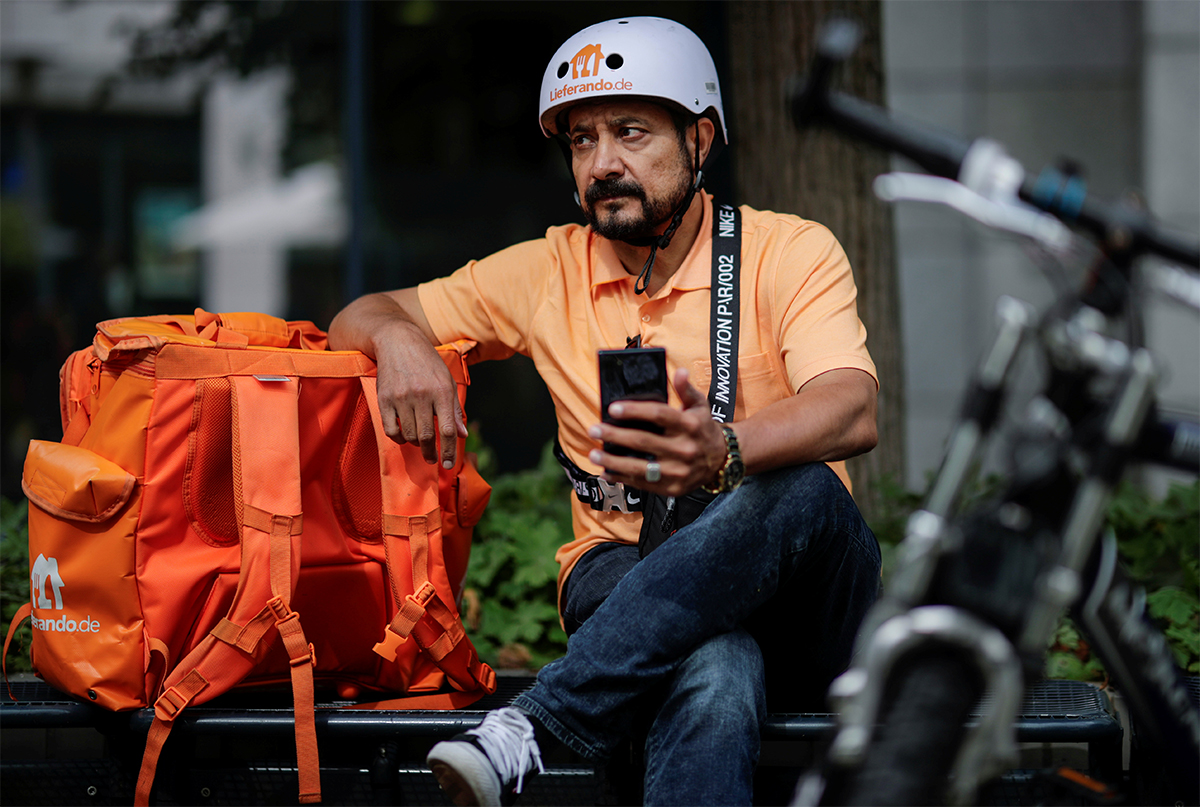 Cựu bộ trưởng truyền thông Afghanistan Sayed Sadaat ngồi cạnh túi đồ và xe đạp của mình ở Leipzig, Đức ngày 26/8. Ảnh: Reuters.