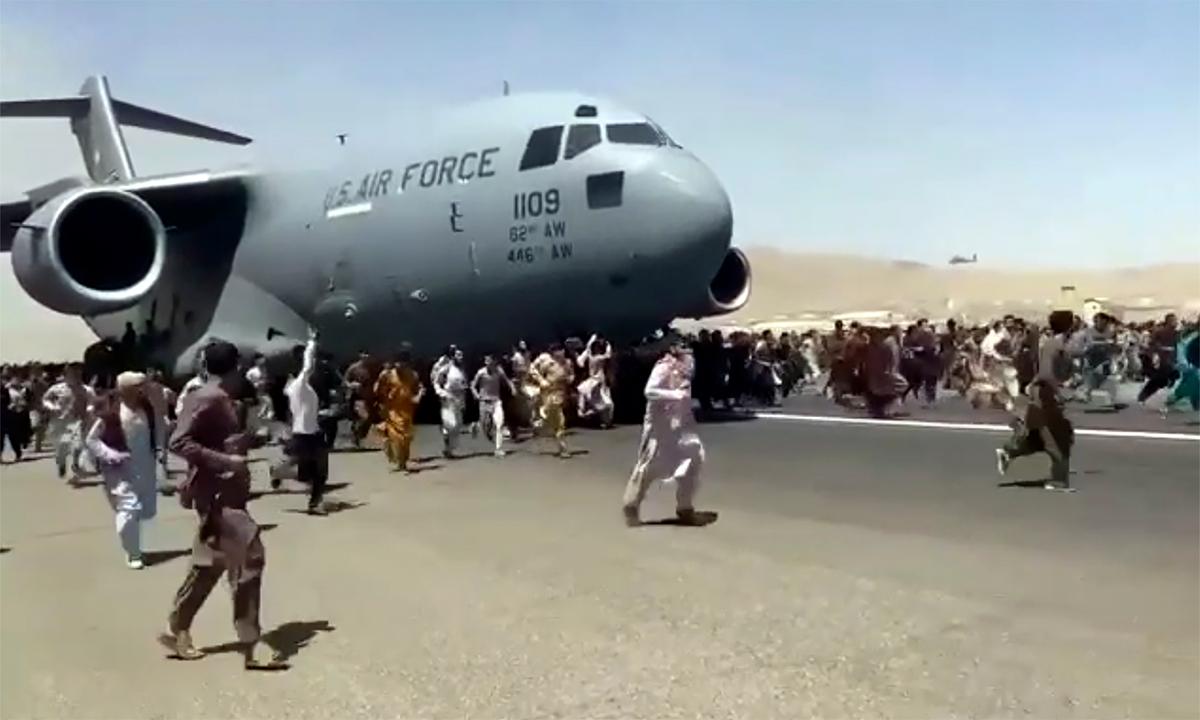 Hàng trăm người Afghanistan chạy theo vận tải cơ C-17 của Mỹ tại sân bay Kabul ngày 16/8. Ảnh: AP.