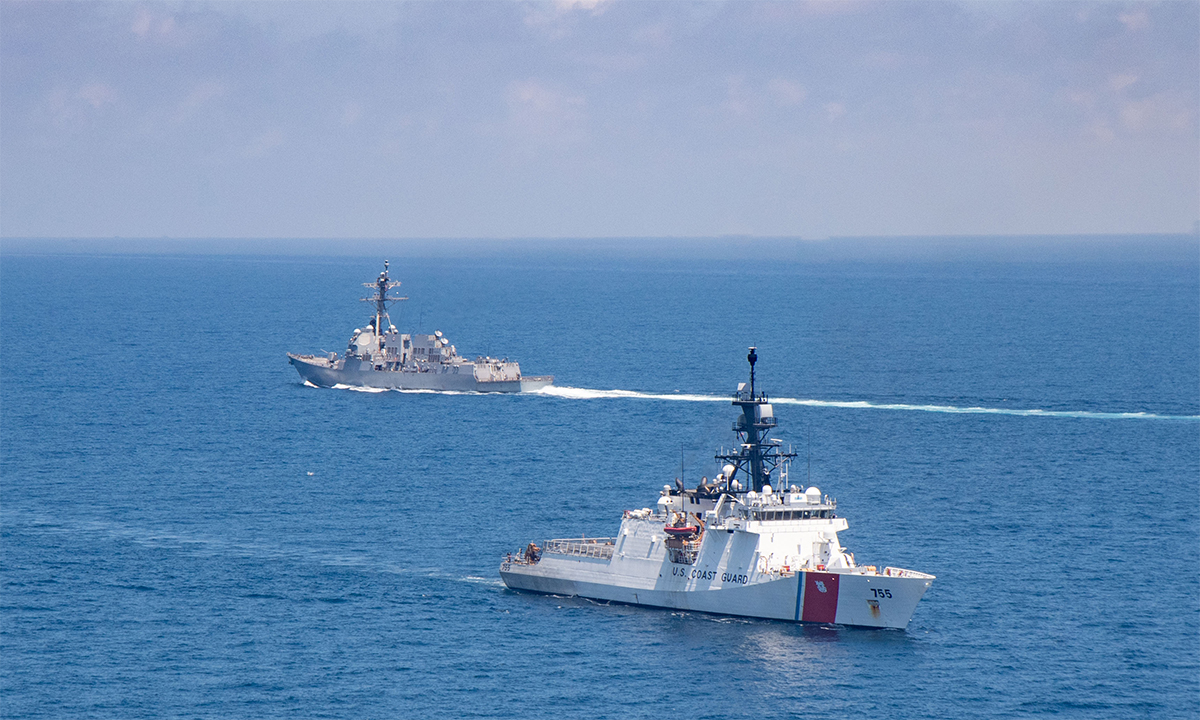Khu trục hạm USS Kidd (phía trên, bên trái) và tàu tuần duyên USCGC Munro (phía dưới, bên phải) di chuyển qua eo biển Đài Loan ngày 27/8. Ảnh: US Navy.