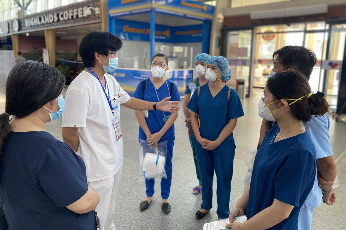 Đoàn y bác sĩ Bệnh viện C Đà Nẵng trước giờ lên máy bay. Ảnh: Bác sĩ Thiện cung cấp.