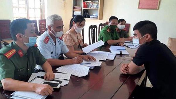 Cơ quan chức năng làm việc với Youtobe Nguyễn Văn Giang. Ảnh: Lam Sơn.