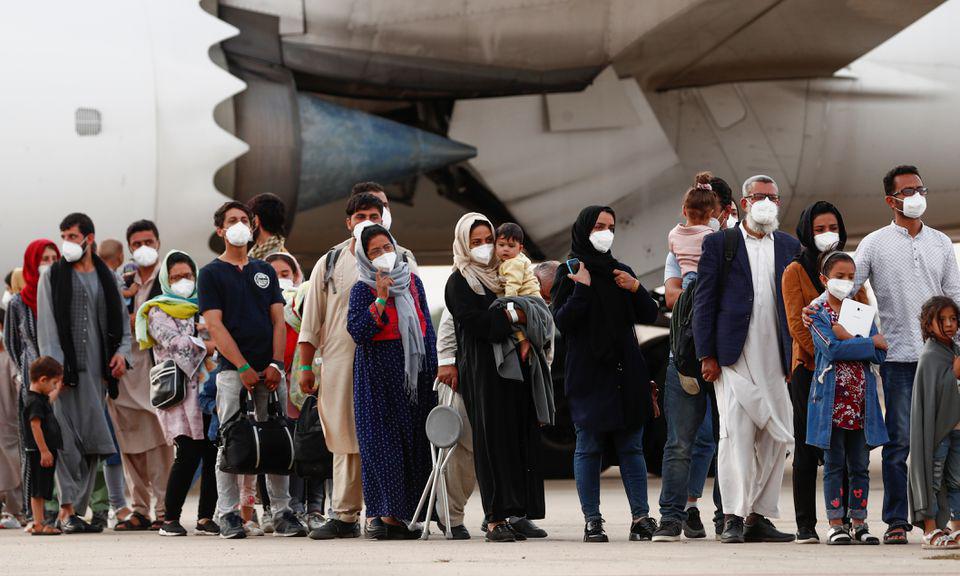 Những công dân Afghanistan được sơ tán từ Kabul đến căn cứ không quân Torrejon de Ardoz ở ngoại ô Madrid, Tây Ban Nha, hôm 24/8. Ảnh: Reuters.