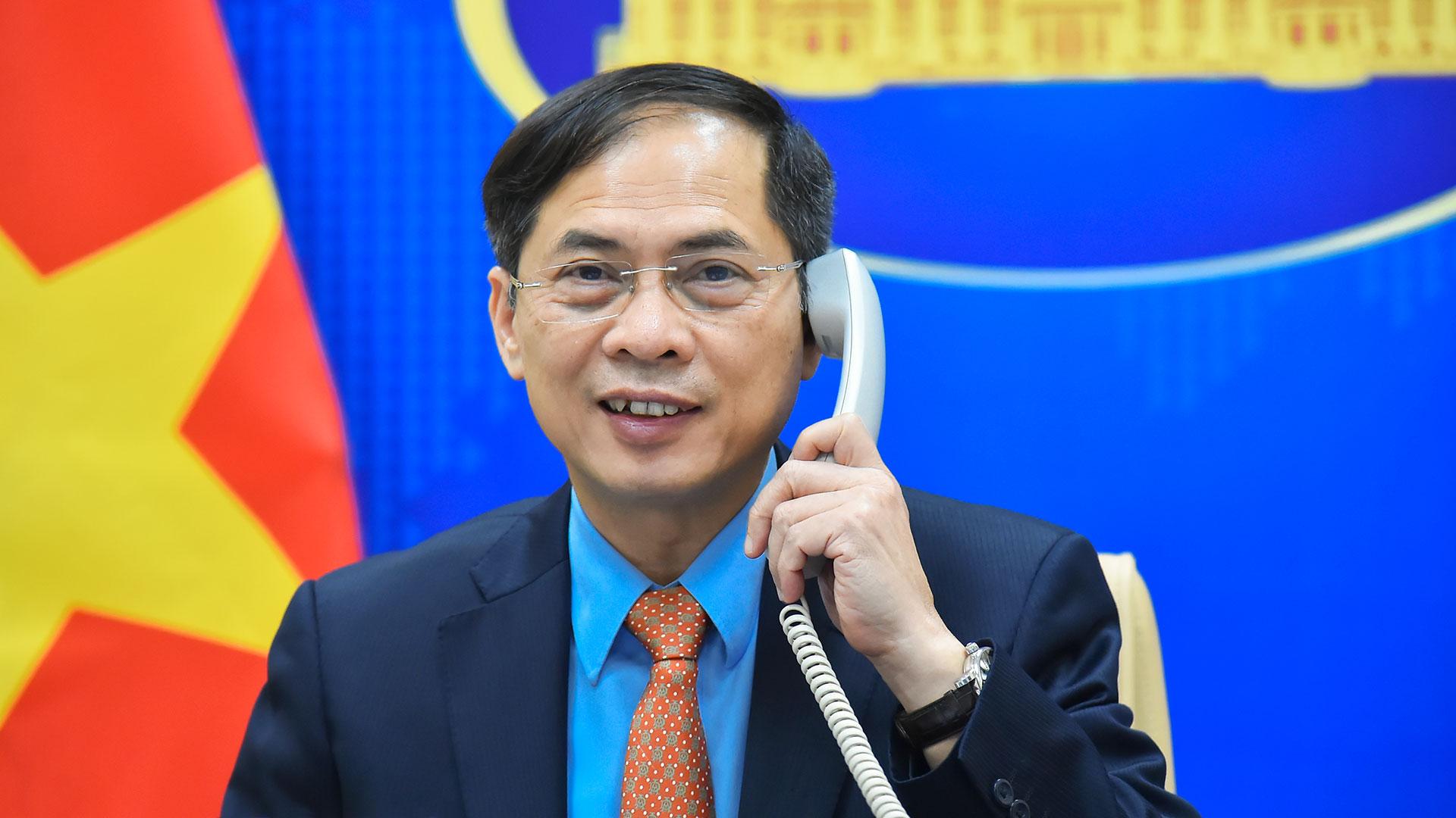 Bộ trưởng Ngoại giao Bùi Thanh Sơn điện đàm với Ngoại trưởng Australia Marise Payne từ Hà Nội ngày 27/8. Ảnh: BNG.