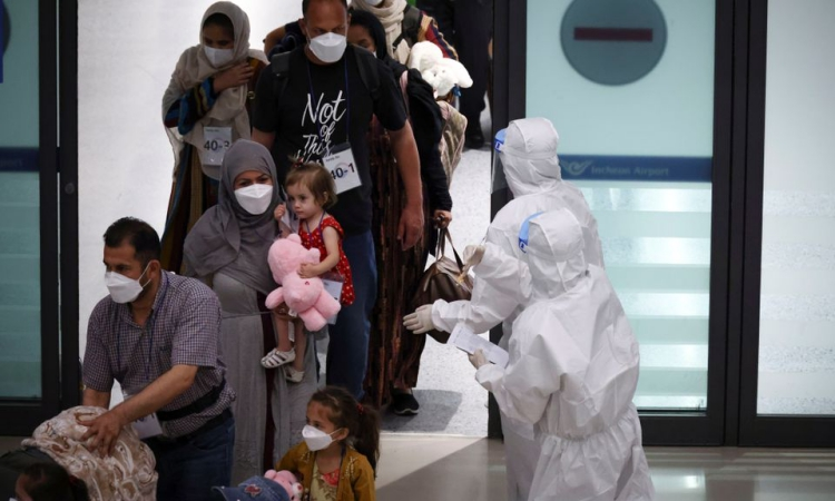 Những người di tản Afghanistan từng hỗ trợ chính phủ Hàn Quốc cùng gia đình đến sân bay Incheon, Seoul, hôm 26/8. Ảnh: Reuters.