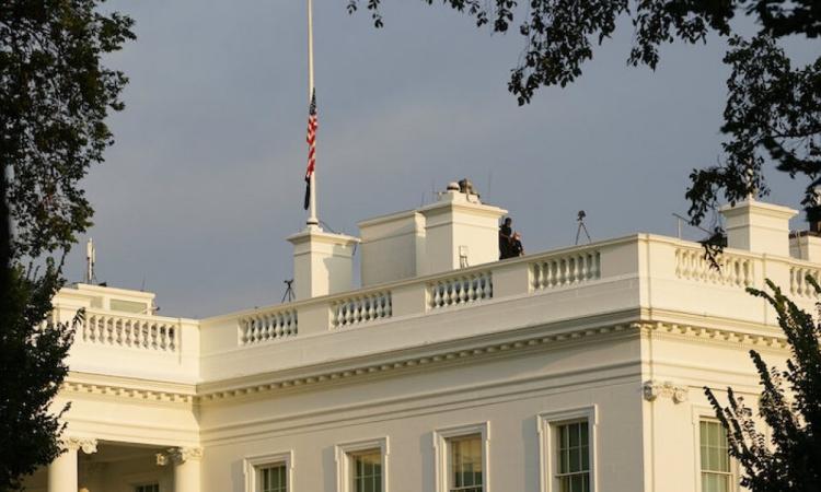 Nhà Trắng treo cờ rủ hôm 26/8. Ảnh: AP.