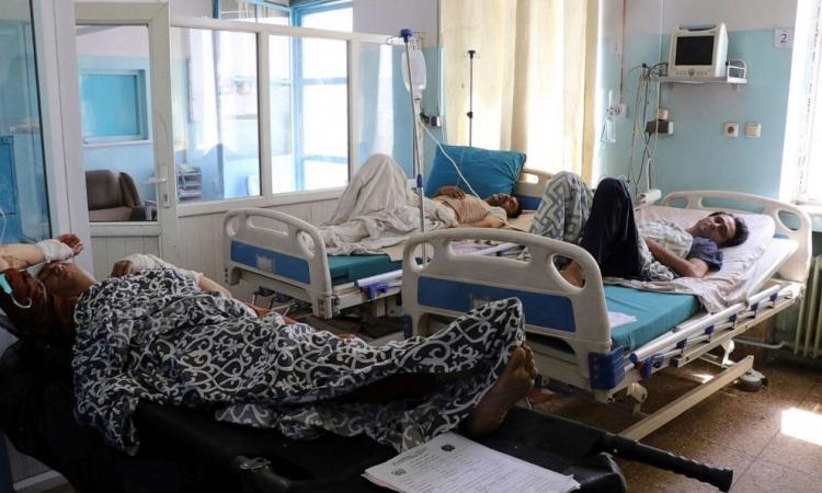 Nạn nhân trong vụ đánh bom ở sân bay Kabul trong một bệnh viện tại Afghanistan hôm 27/8. Ảnh: AP.