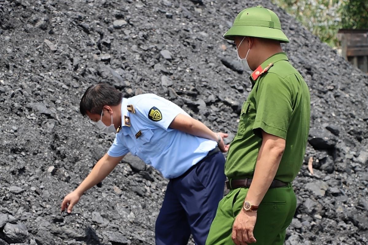 Một trong những bãi than lớn ở Hải Dương bị kiểm tra. Ảnh: Tổng cục Quản lý thị trường.