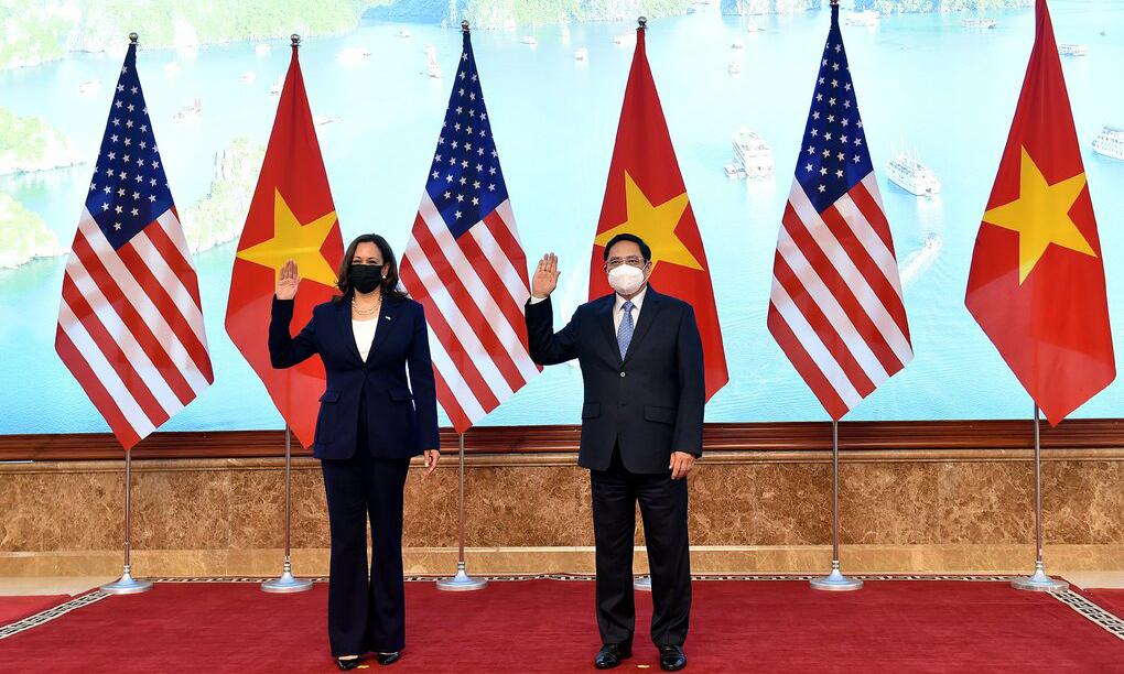 Thủ tướng Phạm Minh Chính (phải) tiếp Phó tổng thống Mỹ Kamala Harris tại văn phòng chính phủ ở Hà Nội hôm nay. Ảnh: Giang Huy.