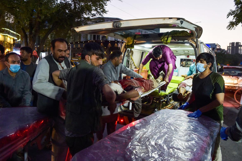 Nạn nhân vụ đánh bom sân bay Kabul được chuyển đến bệnh viện vào đêm 26/8. Ảnh: AFP.