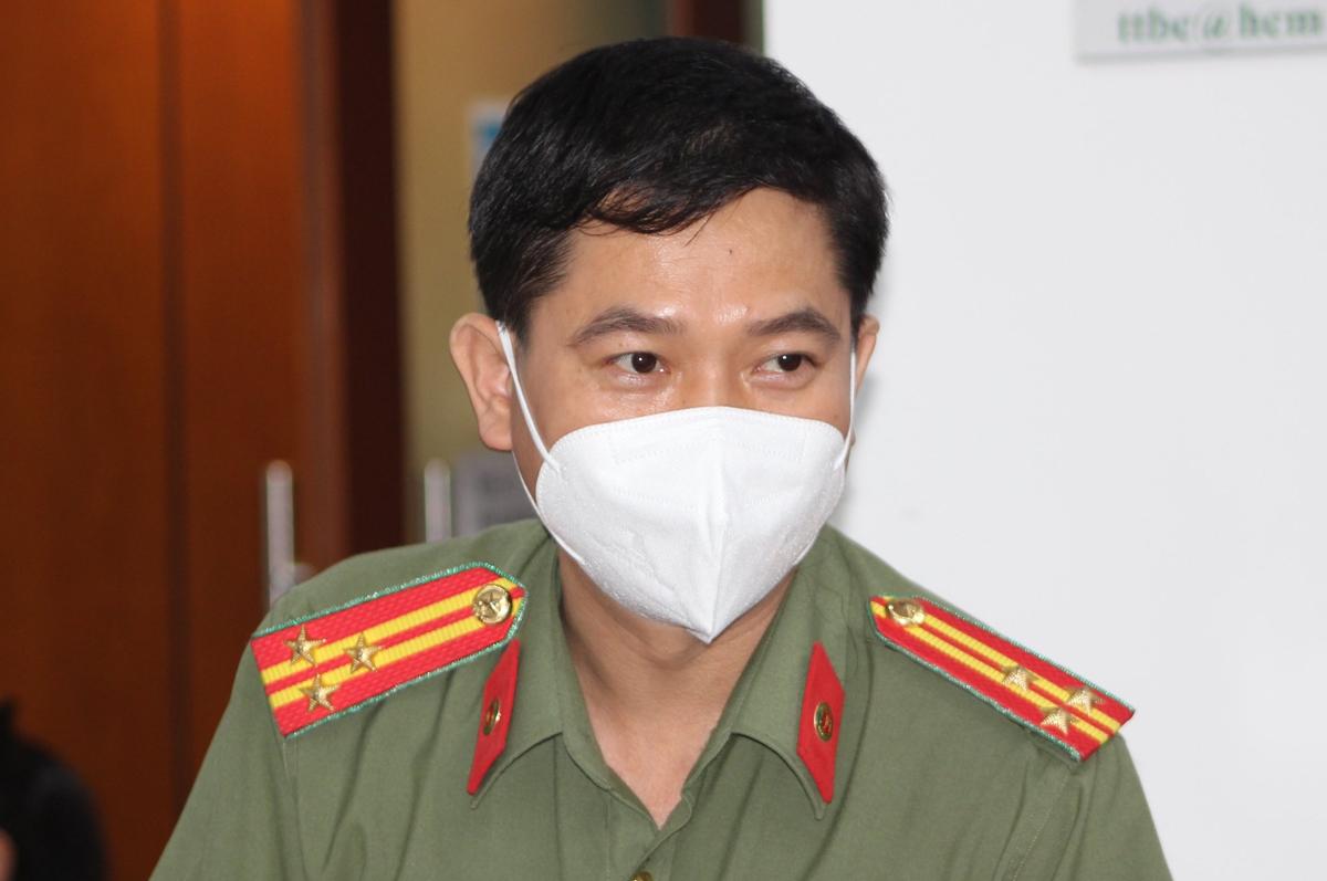 Thượng tá Lê Mạnh Hà, Phó phòng Tham mưu Công an TP HCM, nói về giấy đi đường tại họp báo thông tin công tác phòng chống Covid-19, chiều 25/8. Ảnh: Hạ Giang