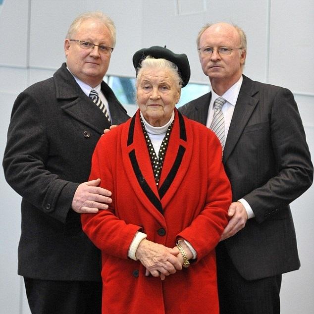 Bà Luba đứng giữa, bên cạnh là hai con trai Eugene (trái) và Nick (phải). Ảnh: AAP