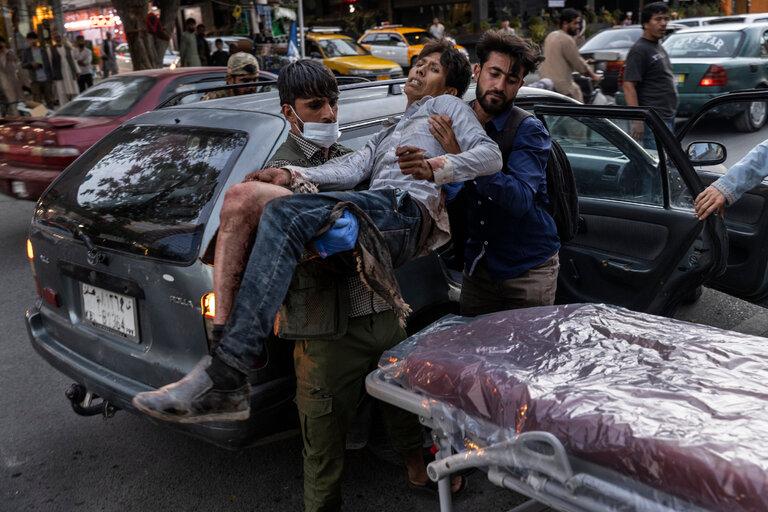 Nạn nhân vụ tấn công trước sân bay Kabul ngày 26/8 được đưa đến bệnh viện thành phố. Ảnh: NYT.