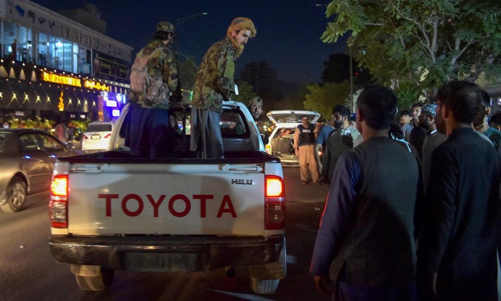 Các tay súng Taliban trên xe bán tải bên ngoài bệnh viện điều trị nạn nhân vụ đánh bom hôm 26/8. Ảnh: AFP.
