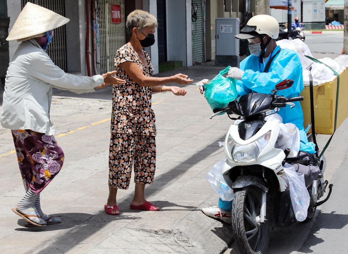 Ông Tạ Anh Dũng, 62 tuổi, chạy xe đi phát cơm từ thiện cho người nghèo tại TP HCM ngày 5/8. Ảnh: Quỳnh Trần