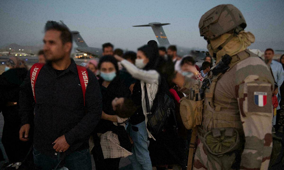 Người dân ở Afghanistan xếp hàng chờ lên vận tải cơ Pháp tại sân bay ở Kabul ngày 26/8. Ảnh: AFP.